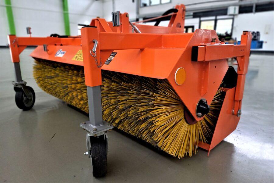 Traktoru uzkares birste ar savācēju T801/1